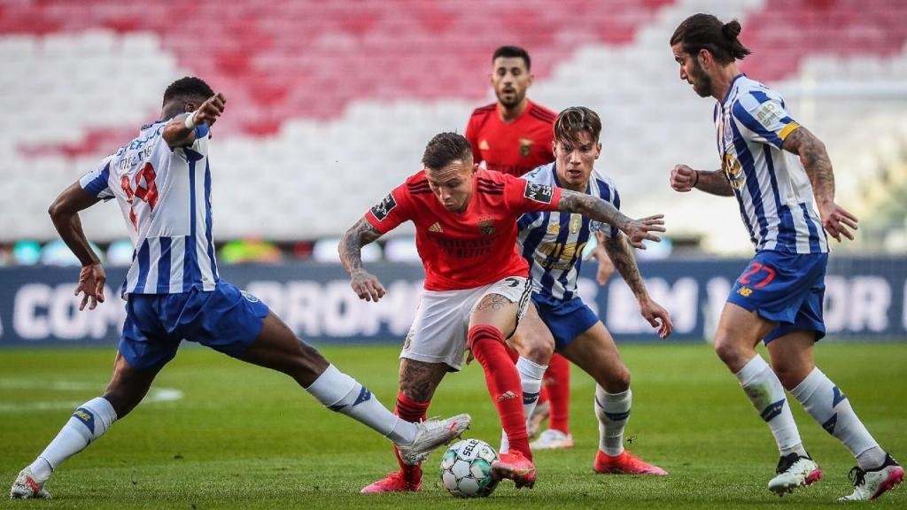 Everton entre Mbemba, Uribe e Sérgio Oliveira no Benfica-FC Porto (Mário Cruz/LUSA)