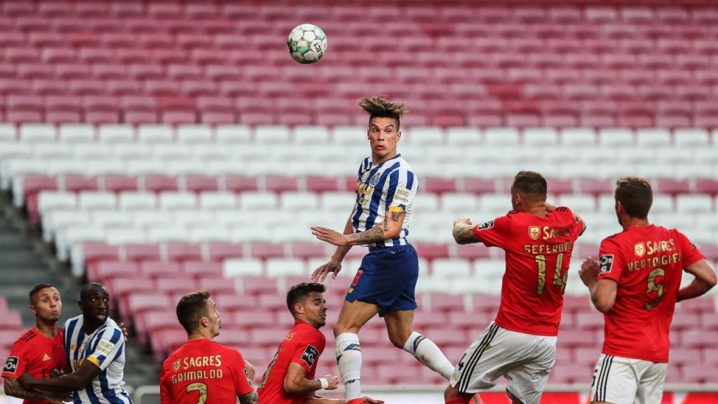 Uribe salta perante Weigl no Benfica-FC Porto (Mário Cruz/LUSA)