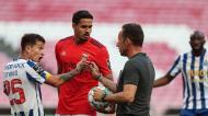 Artur Soares Dias dialoga com Otávio e Lucas Veríssimo no Benfica-FC Porto (Mário Cruz/LUSA)