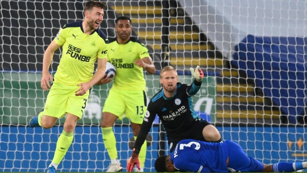 Paul Dummett festeja um dos golos do Newcastle na vitória ante o Leicester (Michael Regan/EPA)