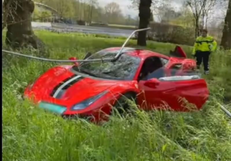 Ferrari 488 Pista foi parar à valeta (reprodução YouTube)