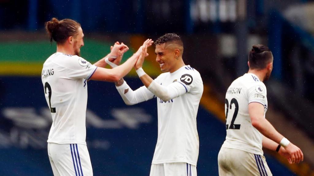 Ayling e Raphinha festejam um dos golos da vitória do Leeds ante o Tottenham (Carl Recine/EPA)