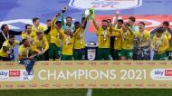 Norwich recebe a taça de campeão do Championship (Foto: Norwich)