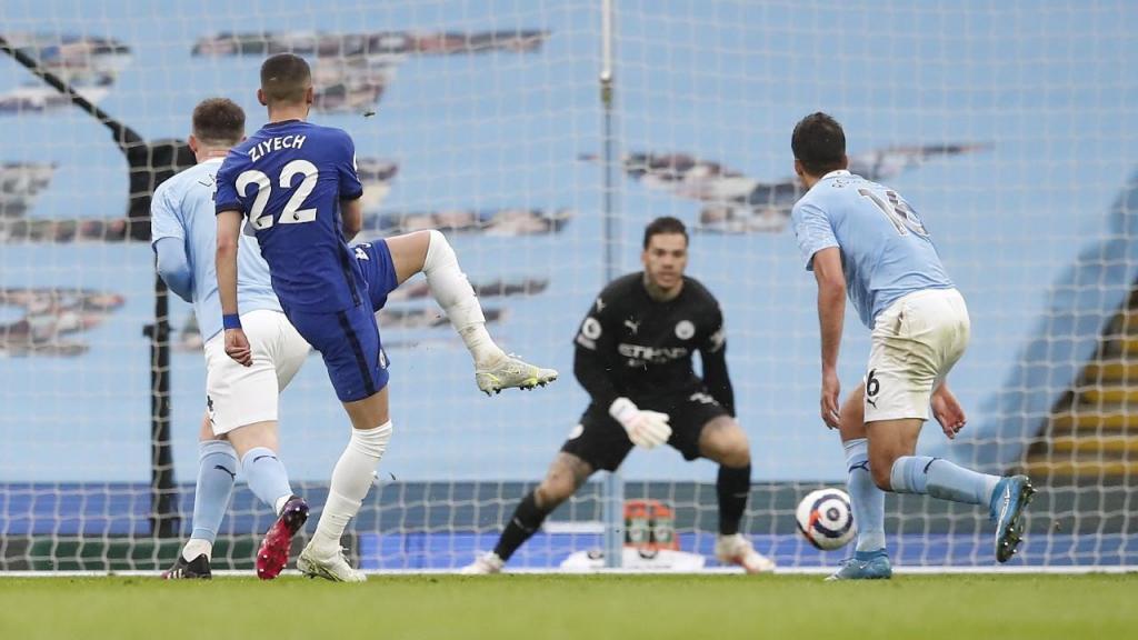 Ziyech bate Ederson para o 1-1 no Manchester City-Chelsea (Martin Rickett/EPA)