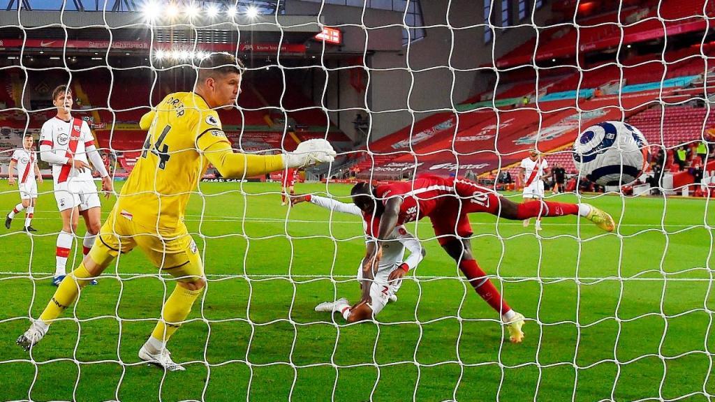 Sadio Mané bate Fraser Forster para o 1-0 no Liverpool-Southampton (Paul Ellis/EPA)