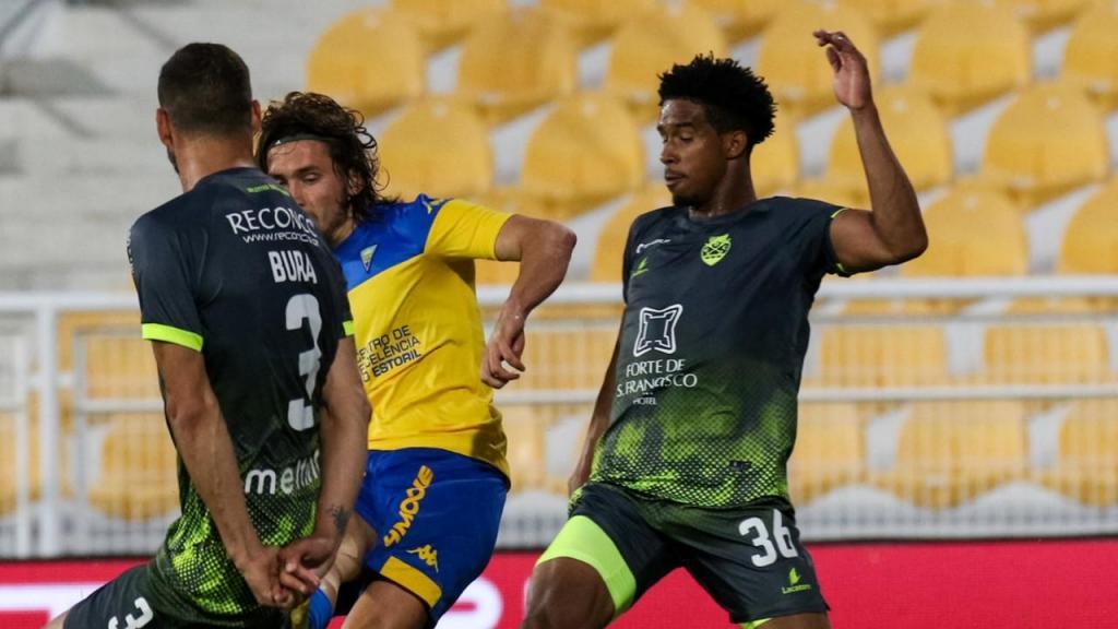 II Liga: Estoril-Desp. Chaves, duelo entre Miguel Crespo, Bura e Kevin Pina (Estoril)