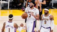 Anthony Davis com Caldwell-Pope e Wesley Matthews na vitória dos Lakers sobre os Suns (Marcio Jose Sánchez/AP)
