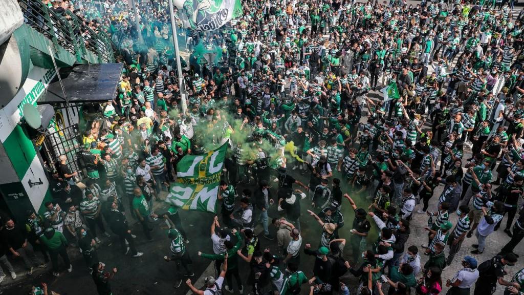 Adeptos vão fazendo a festa em Alvalade (fotos EPA/MIGUEL A. LOPES)