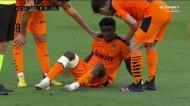 Thierry Correia lesiona-se em choque com o ex-FC Porto Óliver Torres
