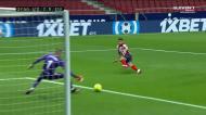 Suárez aguenta o choque e estende a passadeira para o 2-0 de Ángel Correa