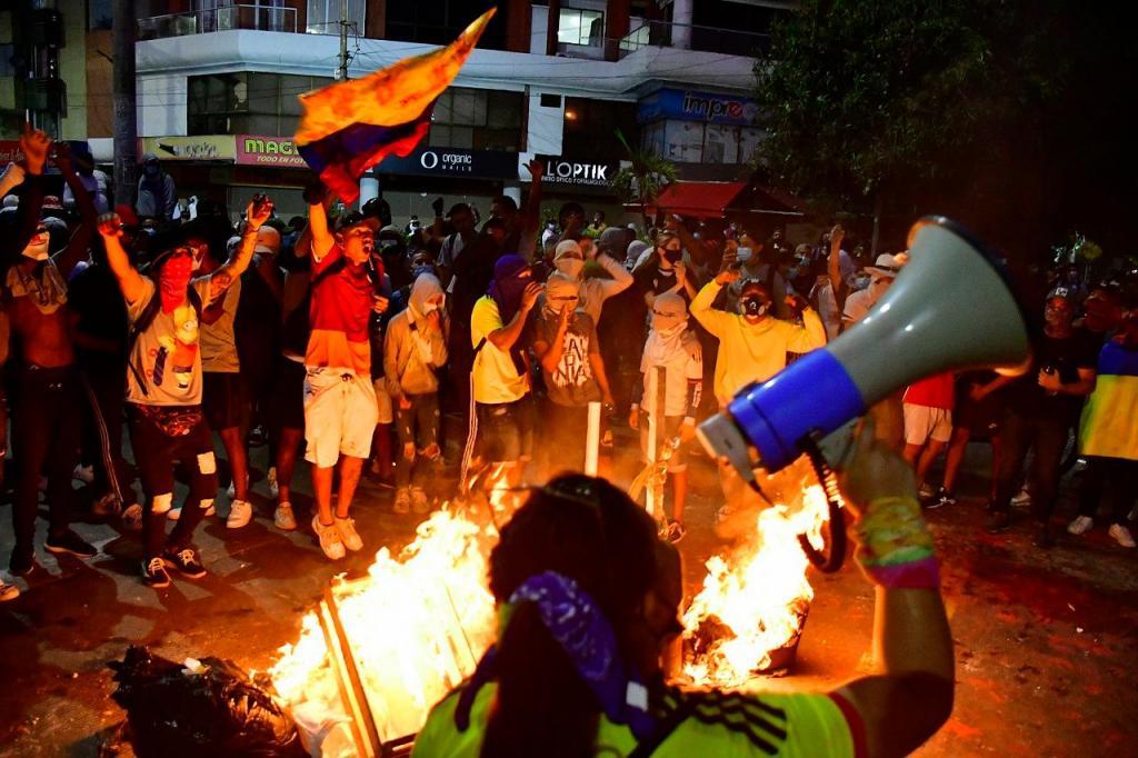 Protestos junto ao estádio Romelio Martinez em Barranquilla, Colômbia (AP Photo)