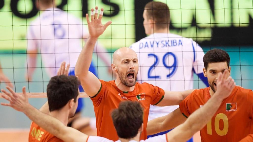 Voleibol (apuramento Euro2021): Portugal festeja ponto ante a Bielorrússia, com Hugo Gaspar em primeiro plano (Fernando Veludo/LUSA)