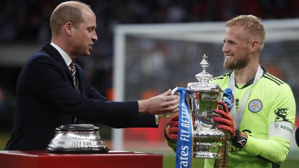 Kasper Schmeichel recebe a FA Cup das mãos do Príncipe William (EPA)
