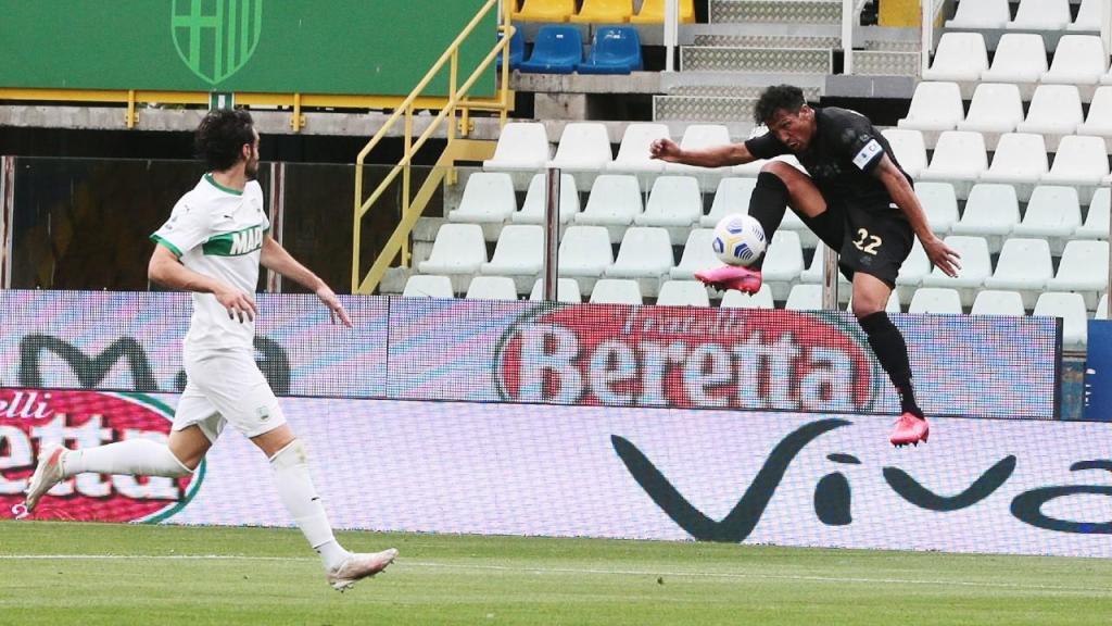 Bruno Alves marcou assim um golaço no Parma-Sassuolo (Elisabetta Baracchi/AP)