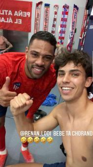João Félix festeja a vitória do Atlético Madrid no balneário, com Renan Lodi (Instagram - João Félix)