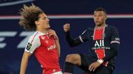 Kylian Mbappé e Wout Faes no PSG-Reims (Christophe Petit Tesson/AP)