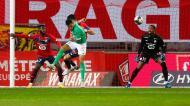 Timothee Kolodziejczak tenta bater o guarda-redes Mike Maignan no Lille-Saint Étienne (Michel Springler/AP)