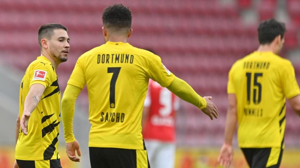 Raphäel Guerreiro festeja com Jadon Sancho um golo no Mainz-Borussia Dortmund (Sascha Steinbach/EPA)