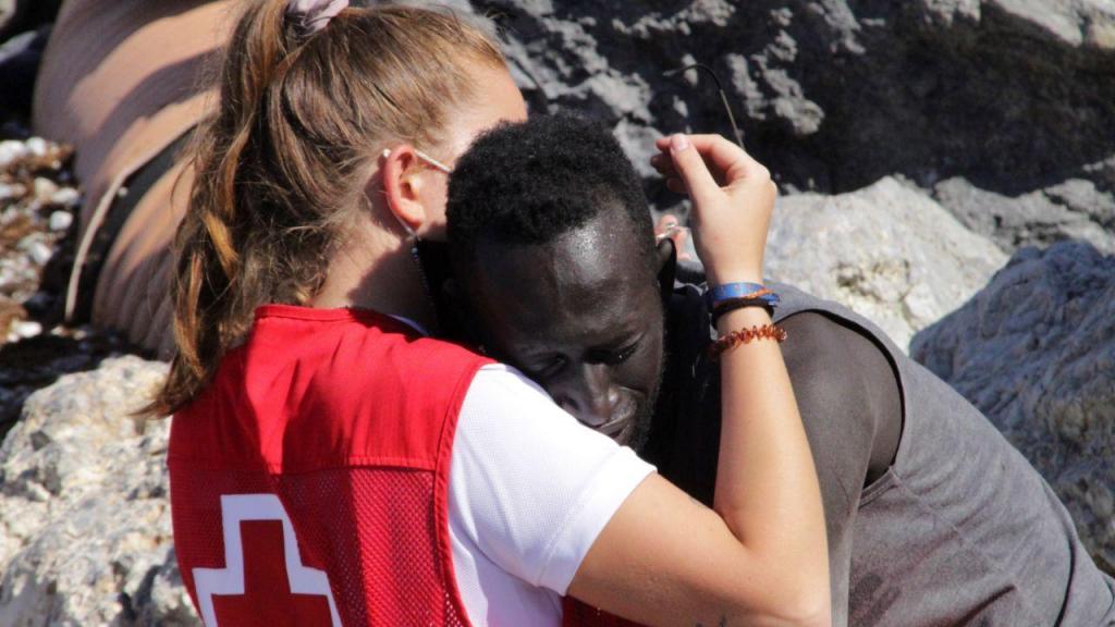 Ceuta: no meio da catástrofe, um abraço está a comover o mundo