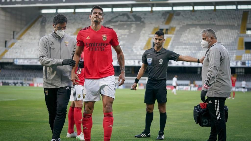 Lucas Veríssimo saiu lesionado no Vitória-Benfica (Hugo Delgado/LUSA)