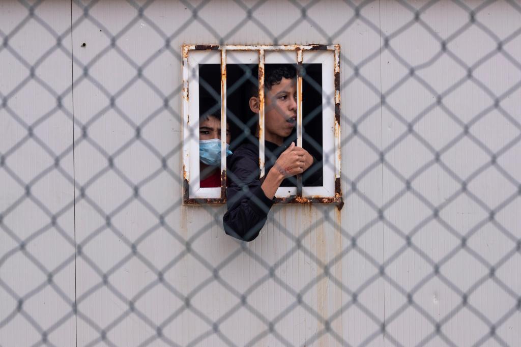 Migrantes menores de idade em abrigo em Ceuta