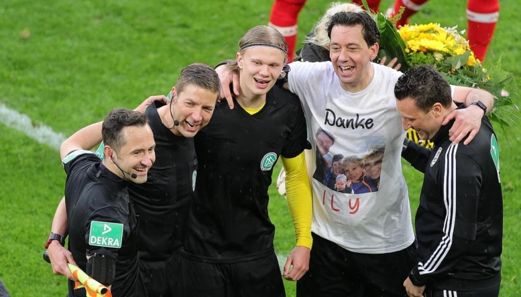 Haaland e árbitro Manuel Grafe trocaram camisolas. Foi o último jogo do árbitro na Bundesliga (FRIEDEMANN VOGEL/POOL/EPA)