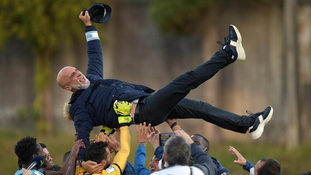 Vizela festeja subida à I Liga: treinador Álvaro Pacheco levado ao ar pelos jogadores (Fernando Veludo/LUSA)