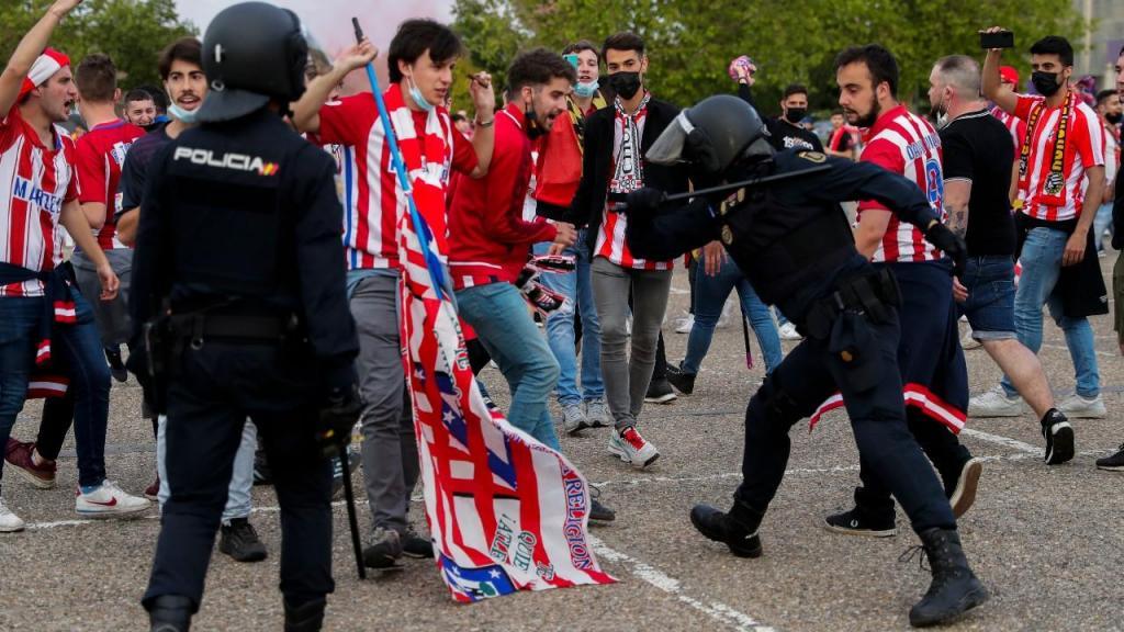 Festejos dos adeptos do Atlético de Madrid em Valladolid obrigaram a intervenção policial (AP)
