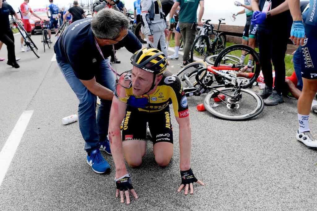 Queda coletiva no Giro (Fabio Ferrari/LaPresse via AP)