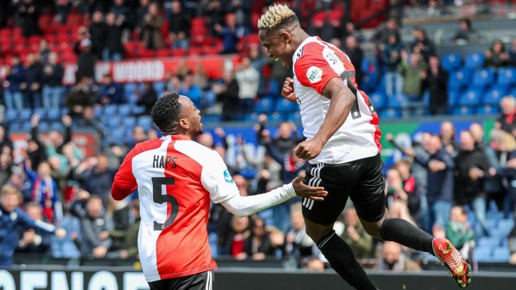 Luis Sinisterra e Ridgeciano Haps festejam um dos golos da vitória do Feyenoord na final do «play-off» de acesso à Europa, contra o Utrecht (Pieter Stam de Jonge/EPA)