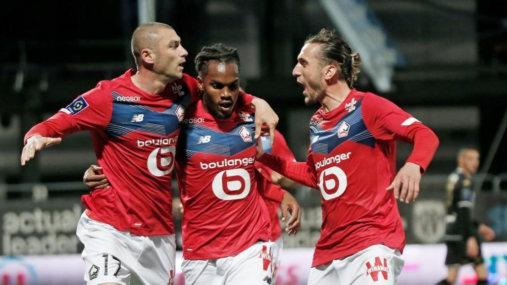 Lille festeja golo ante o Angers: Burak Yilmaz, Renato Sanches e Yusuf Yazici (Lewis Joly/AP)