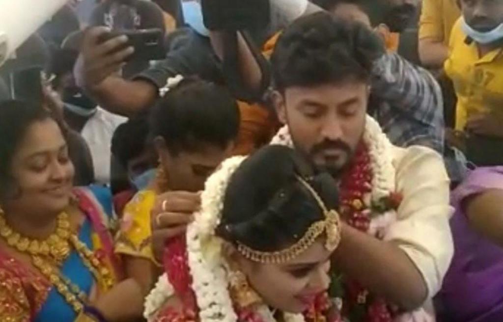 Casamento indiano dentro de avião