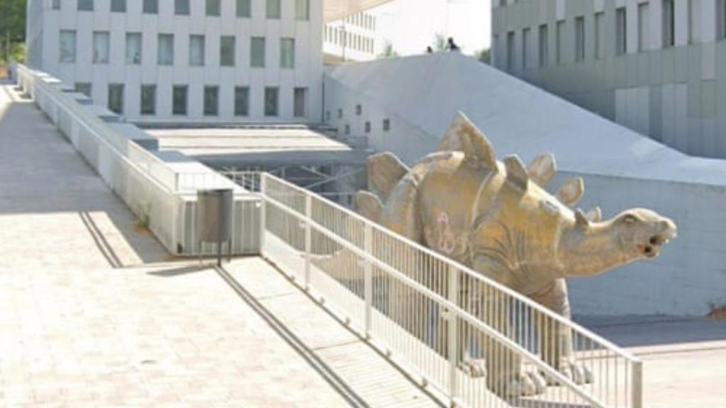 Estátua de dinossauro em Santa Coloma de Gramenet, Barcelona