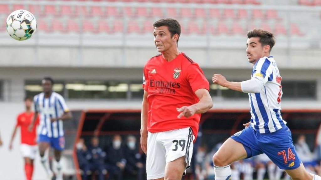 II Liga: Benfica B-FC Porto B, duelo entre Henrique Araújo e Rodrigo Conceição (SL Benfica)