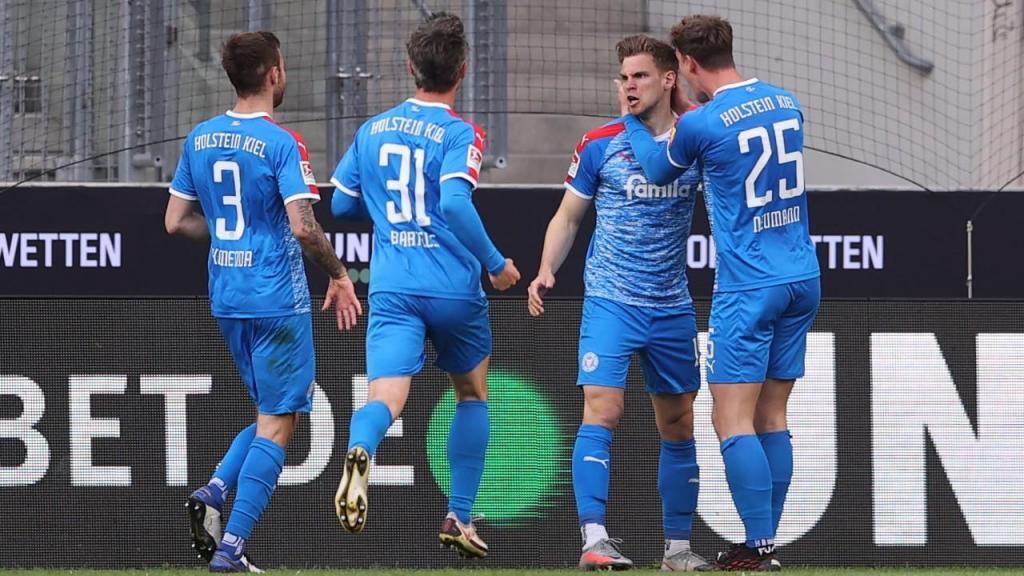 Simon Lorenz festeja o golo do Holstein Kiel que dá vantagem no play-off da Bundesliga (Lars Baron/EPA)