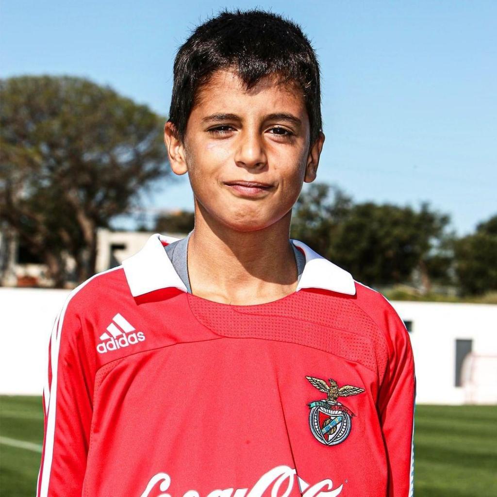 Benfica divulga fotos de do menino João Cancelo