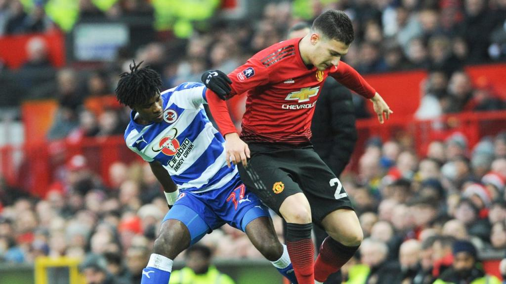 Omar Richards e Diogo Dalot num Manchester United-Reading, em 2019 (Rui Vieira/AP)