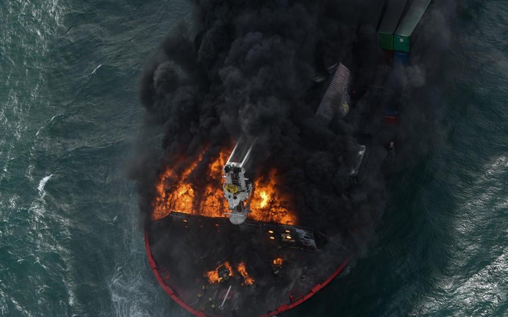 Navio em chamas no Índico