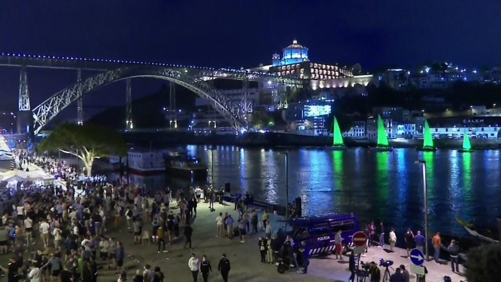 Ingleses em festa na Ribeira, indiferentes ao espetáculo no Douro