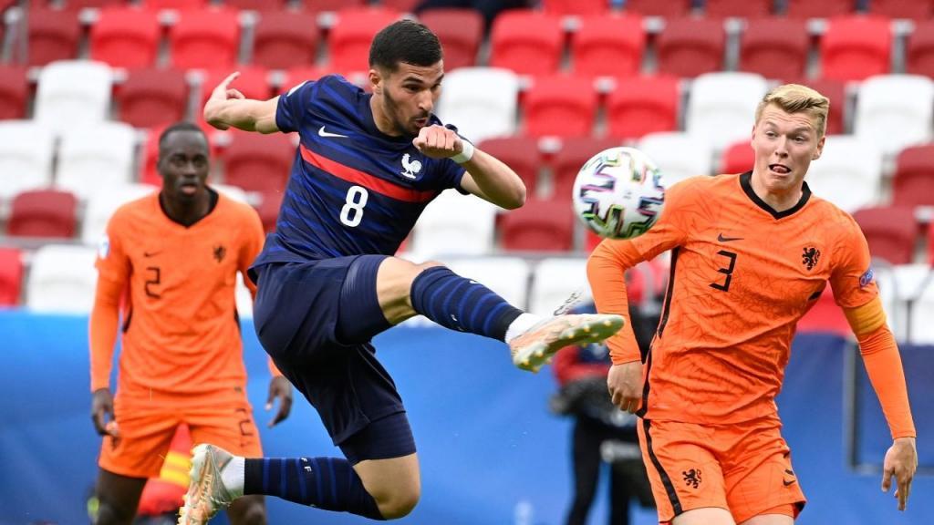 Perr Schuurs e Houssem Aouar no Holanda-França, dos «quartos» do Euro sub-21 (Zsolt Szigetvary/EPA)