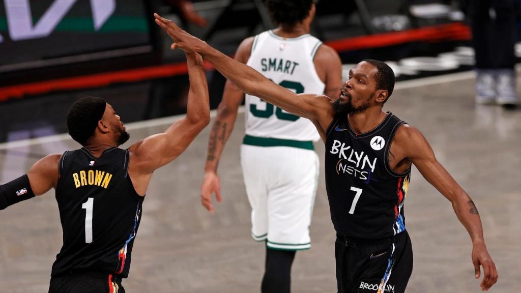 Bruce Brown e Kevin Durant no Brooklyn Nets-Boston Celtics, que selou o apuramento dos Nets nos play-off (Adam Hunger/AP)