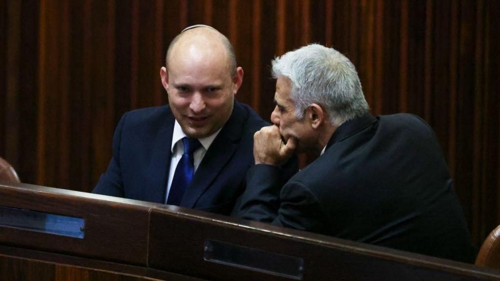 Naftali Bennett e Yair Lapid, no Knesset, o parlamento de Israel: são eles que lideram a coligação que pretende tirar Netanyahu do Governo