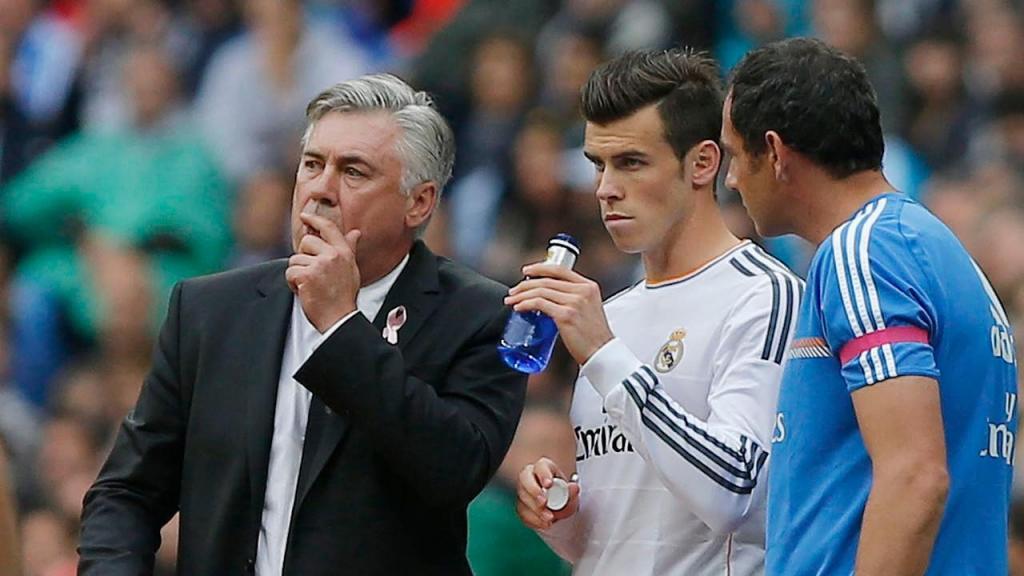 Carlo Ancelotti e Gareth Bale no Real Madrid, em 2013 (Andres Kudacki/AP)