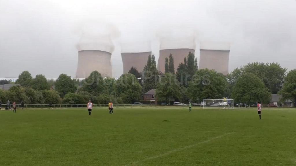 Jogadores interrompem jogo para ver demolição de central elétrica