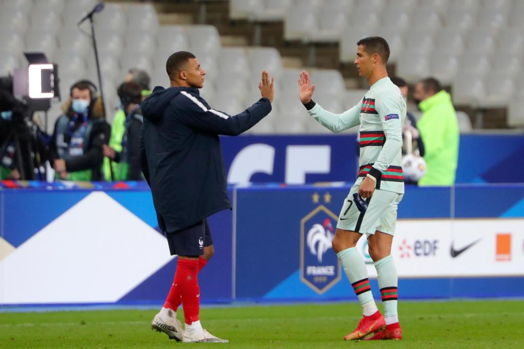 Kylian Mbappé e Cristiano Ronaldo (AP Photo/Thibault Camus)