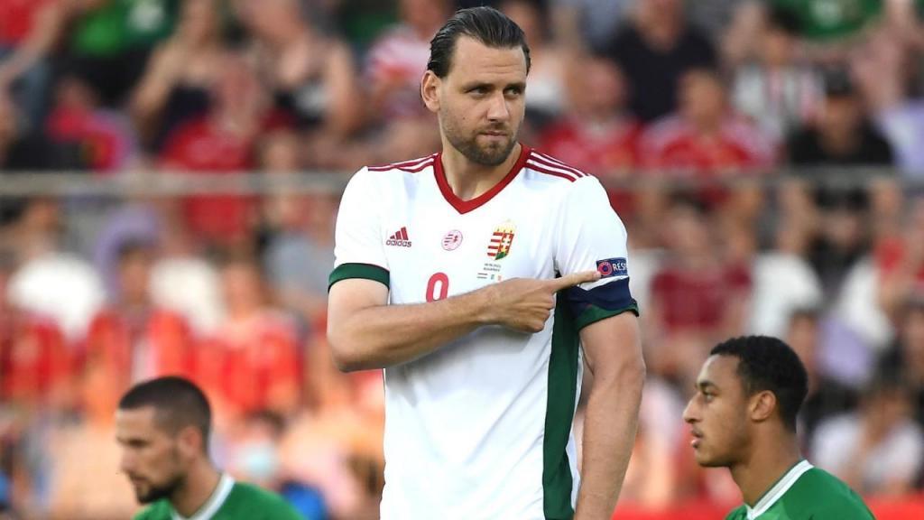 Adam Szalai, da Hungria, aponta para o simbolo de «respeito» da UEFA na manga da camisola, enquanto os jogadores da República da Irlanda, ajoelhados contra o racismo, eram vaiados pelos adeptos húngaros (Tibor Illyes/EPA)