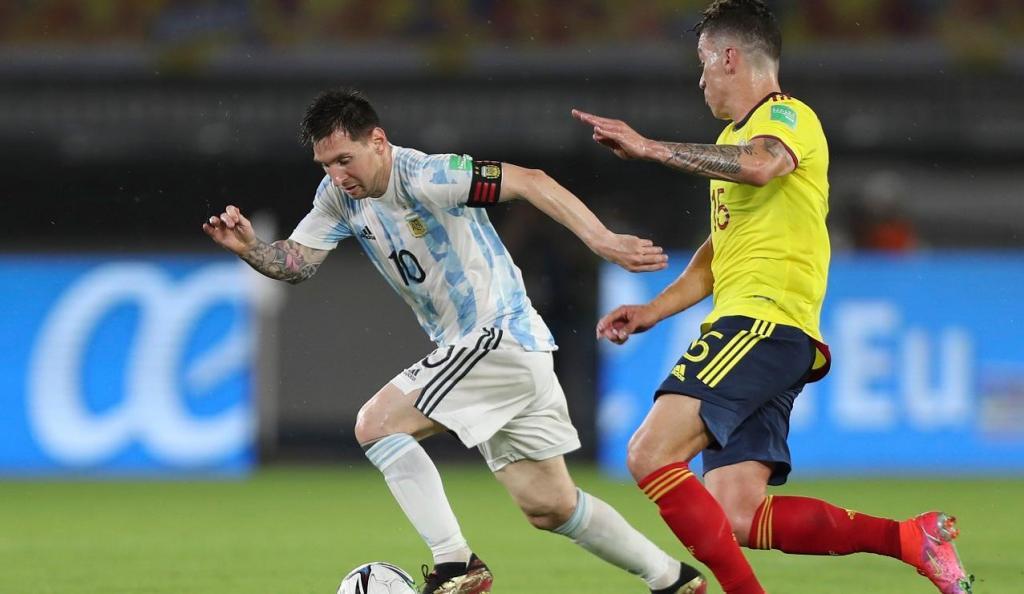 Matheus Uribe e Lionel Messi (AP Photo/Fernando Vergara)
