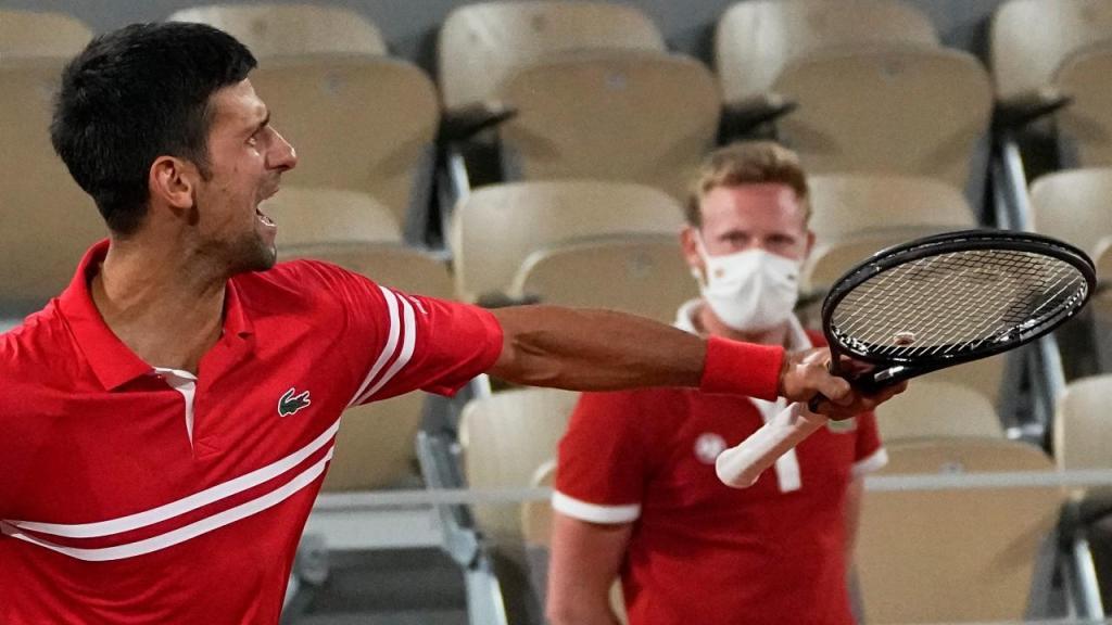 Novak Djokovic festeja apuramento para as «meias» em Roland Garros (AP)