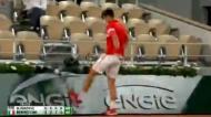 Novak Djokovic pontapeia painel em Roland Garros após falhar match-point