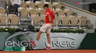 Novak Djokovic pontapeia painel em Roland Garros após falhar match-point (Eurosport)